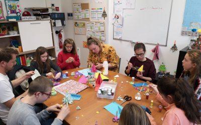 Confection de sapin de Noël par les élèves de l'IME en collaboration avec les élèves de 6ème du Collège